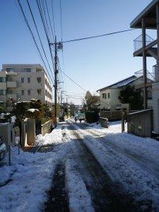 Jalan raya satu hari setelah turun salju